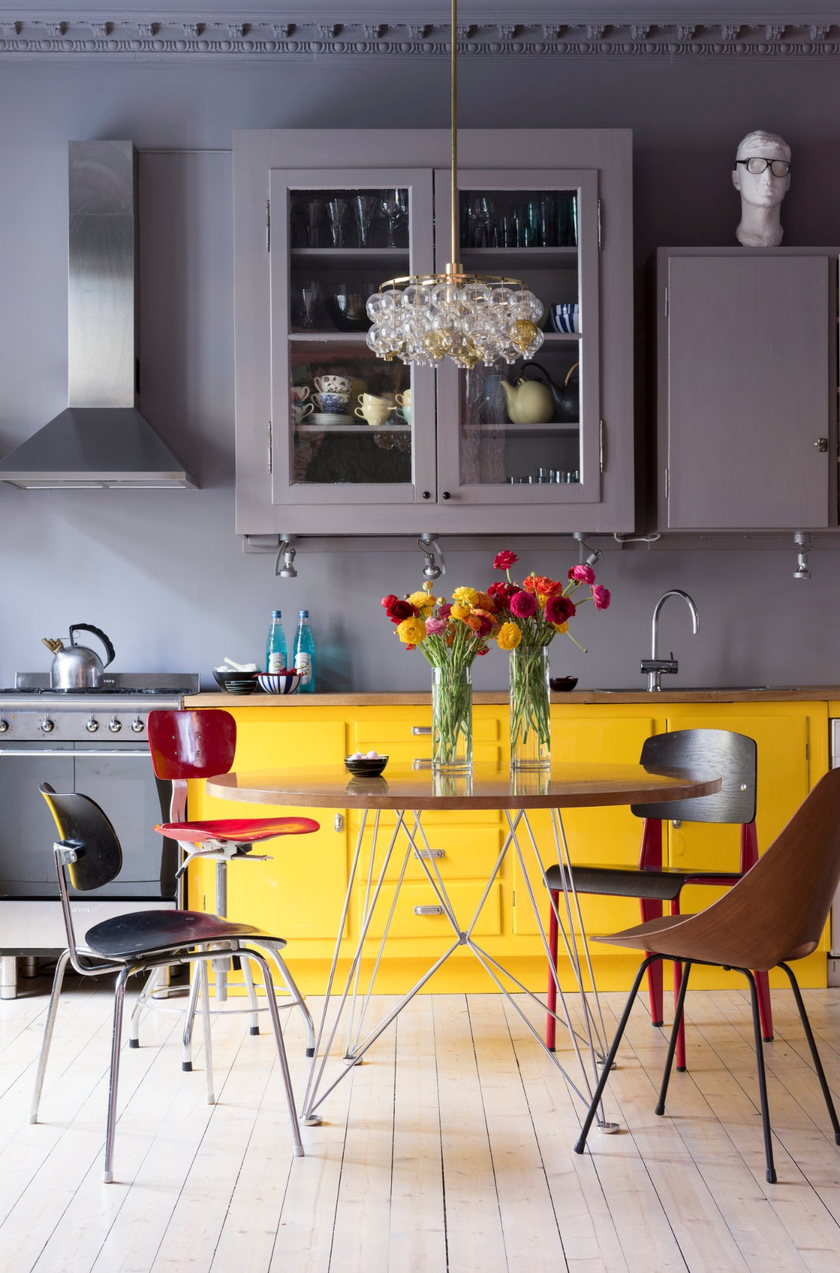 серая кухня с яркими жёлтыми акцентами