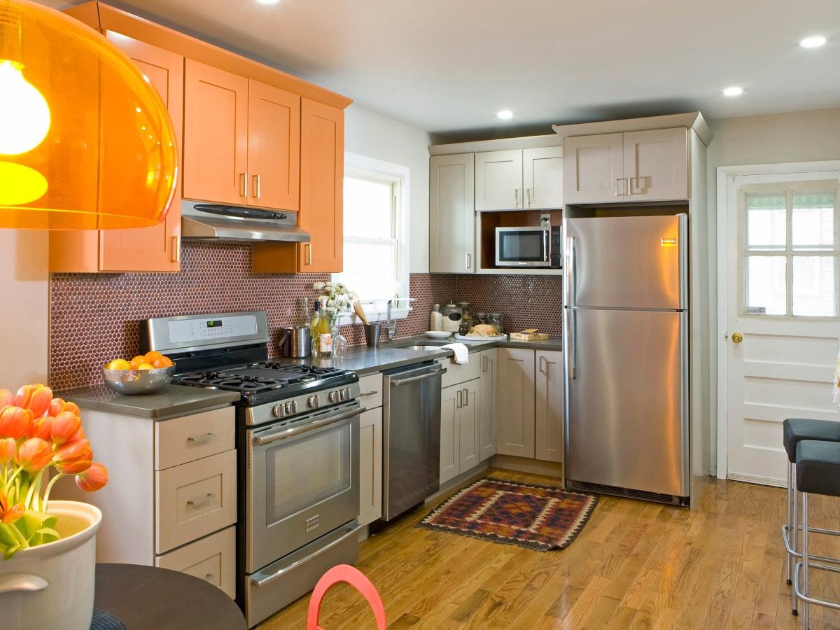 светлая кухня с яркими апельсиновыми акцентами