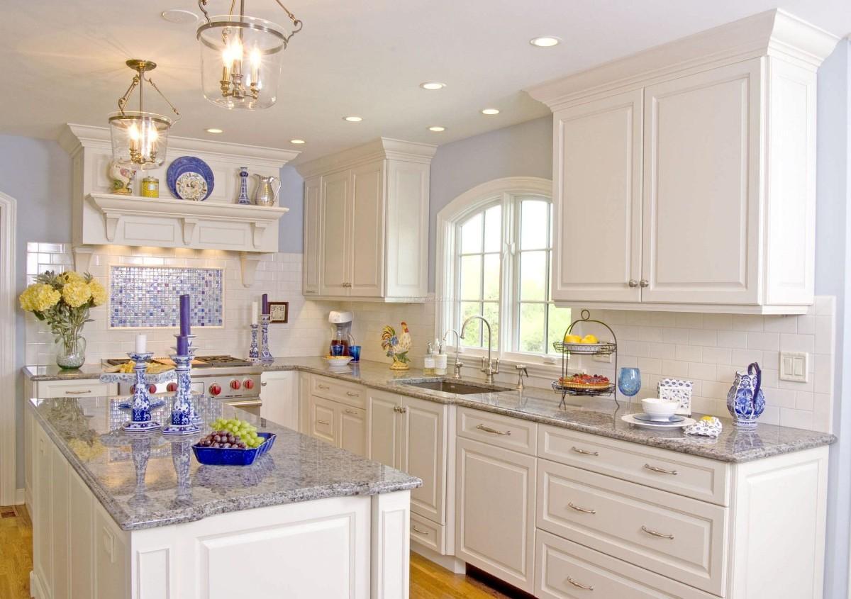 шикарная белая кухня с яркими синими акцентами