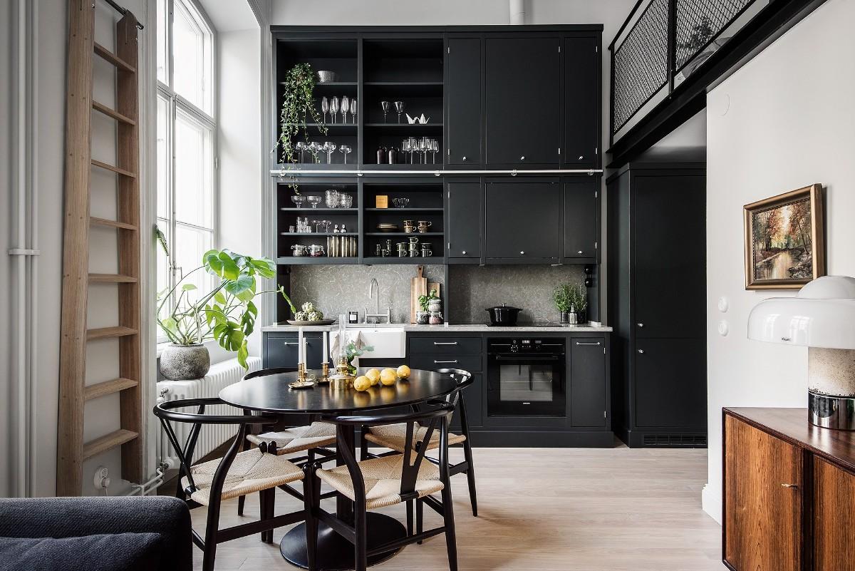 шикарная чёрная кухня с высокими потолками с ярким акцентом