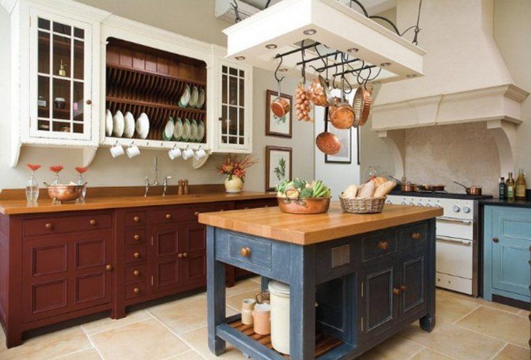 сочетание белого коричневого и синего на кухне в английском стиле
