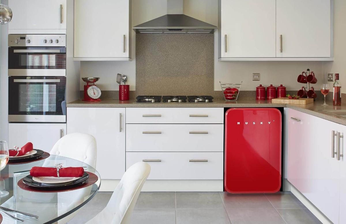 современная белая кухня с яркими красными акцентами
