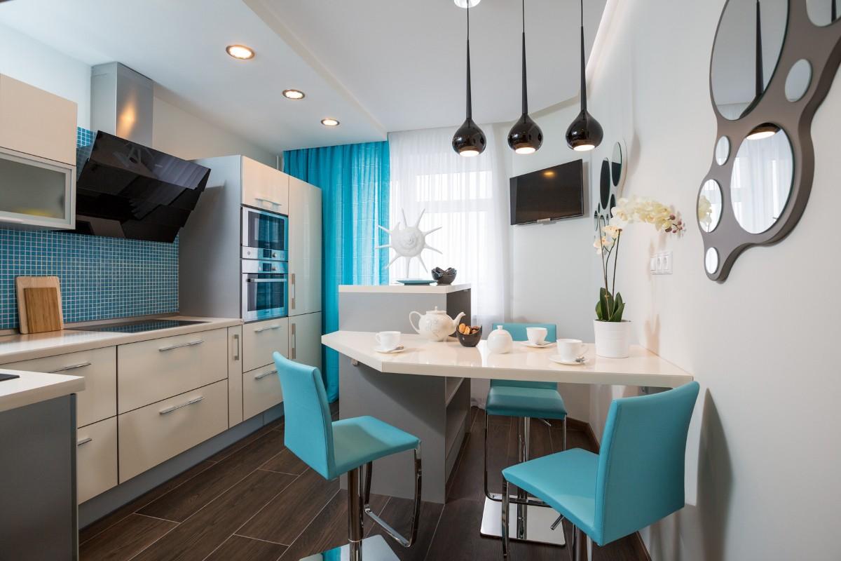 современная серая кухня с ярким акцентом бирюзовые стулья