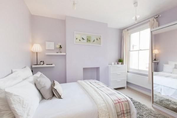 спальня в современном стиле в бледно-сиреневых тонах