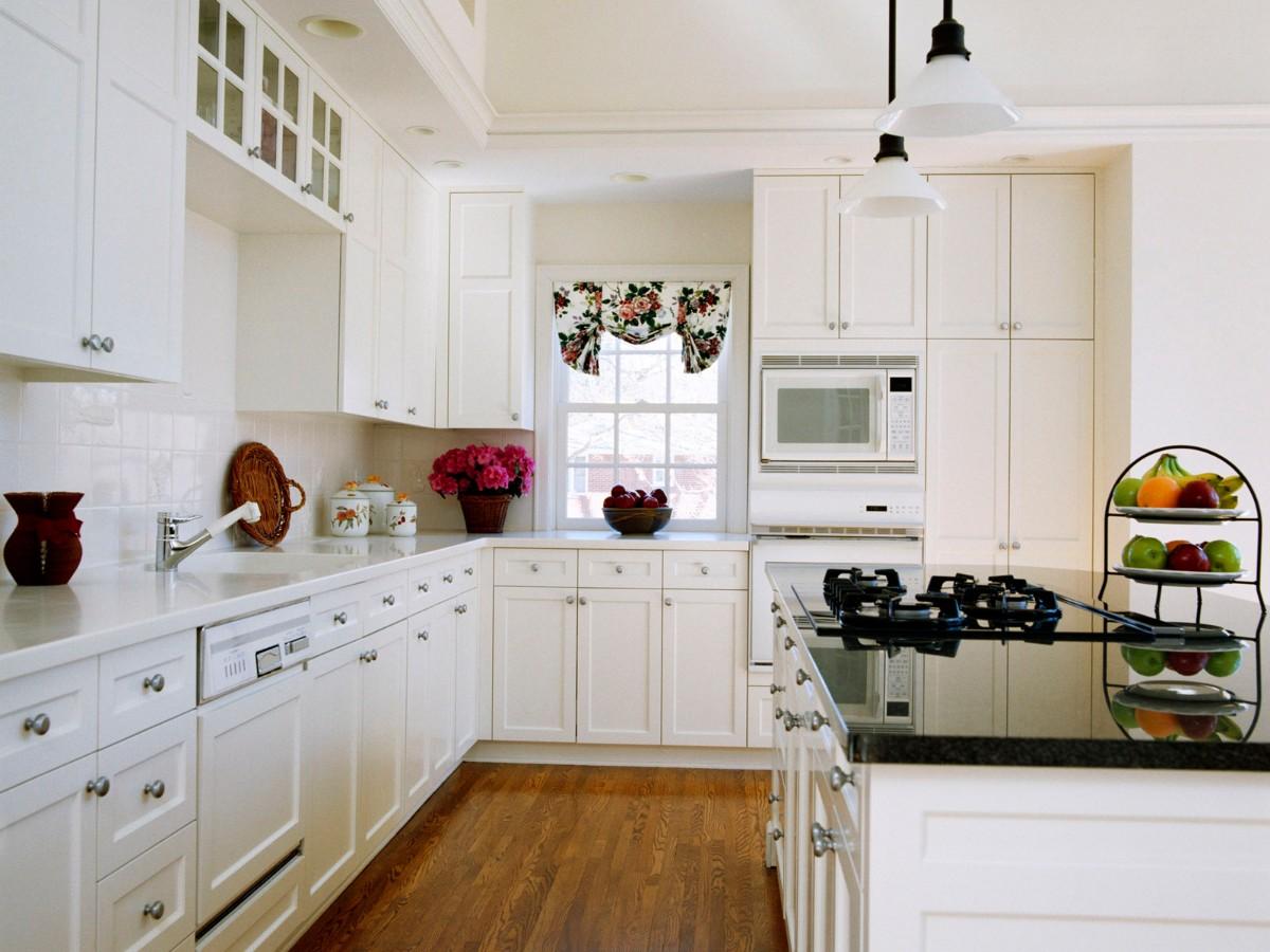 стильная белая кухня с яркими акцентами