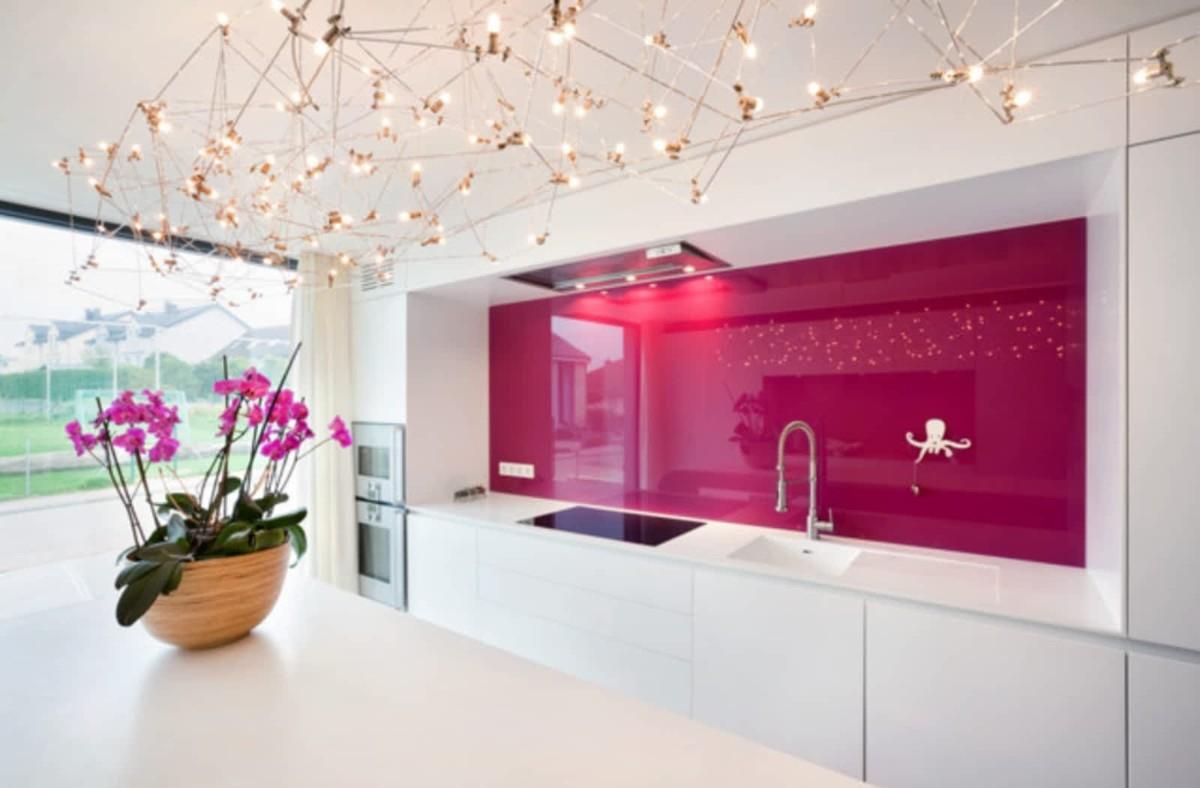 стильная белоснежная кухня с ярким акцентом малиновая стена