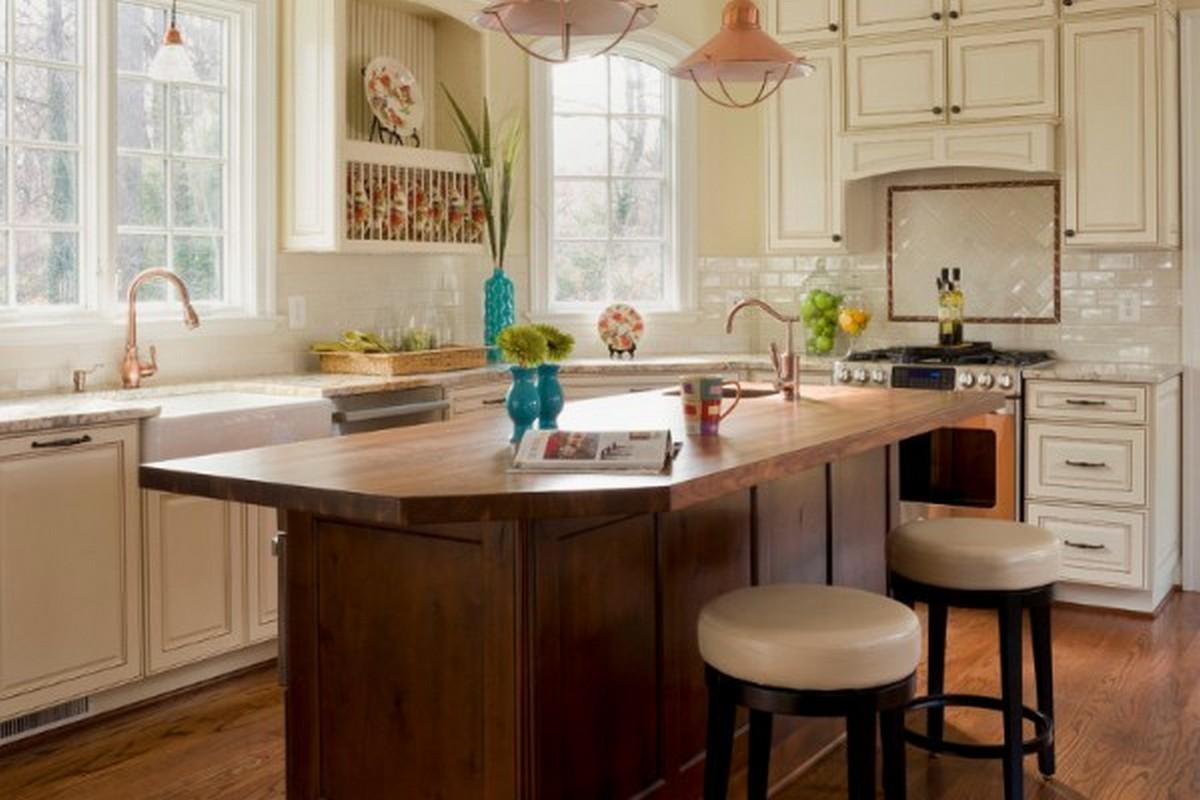 светлая кухня в английском стиле с коричневым столом.