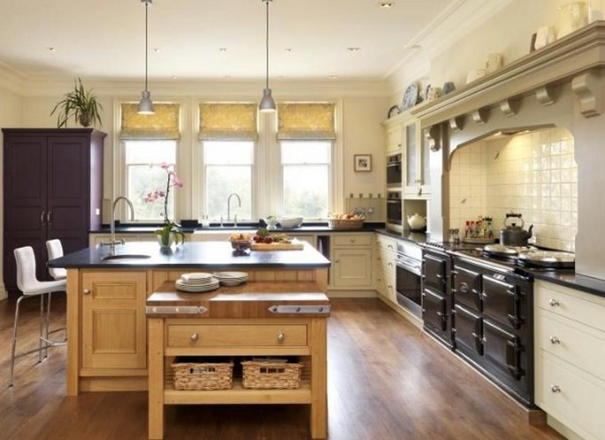 светлая кухня в английском стиле с островом