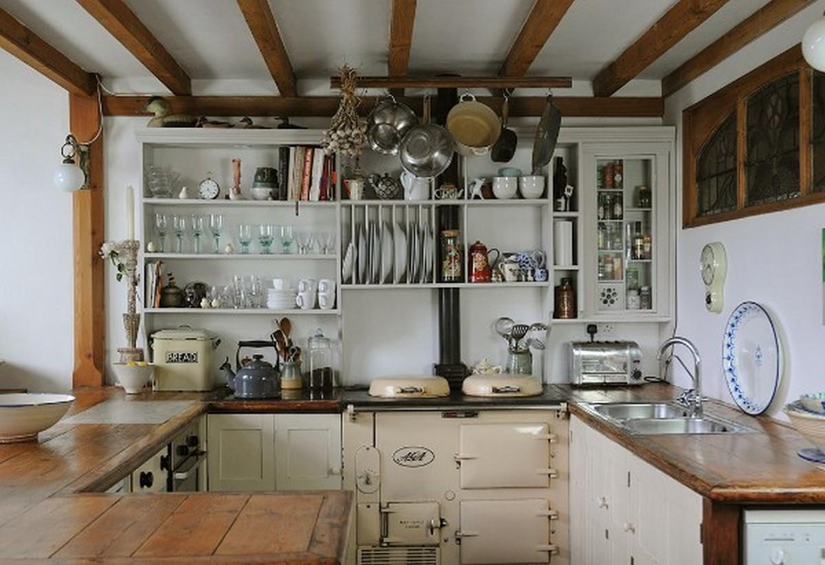 светлая кухня в английском стиле с открытыми полками