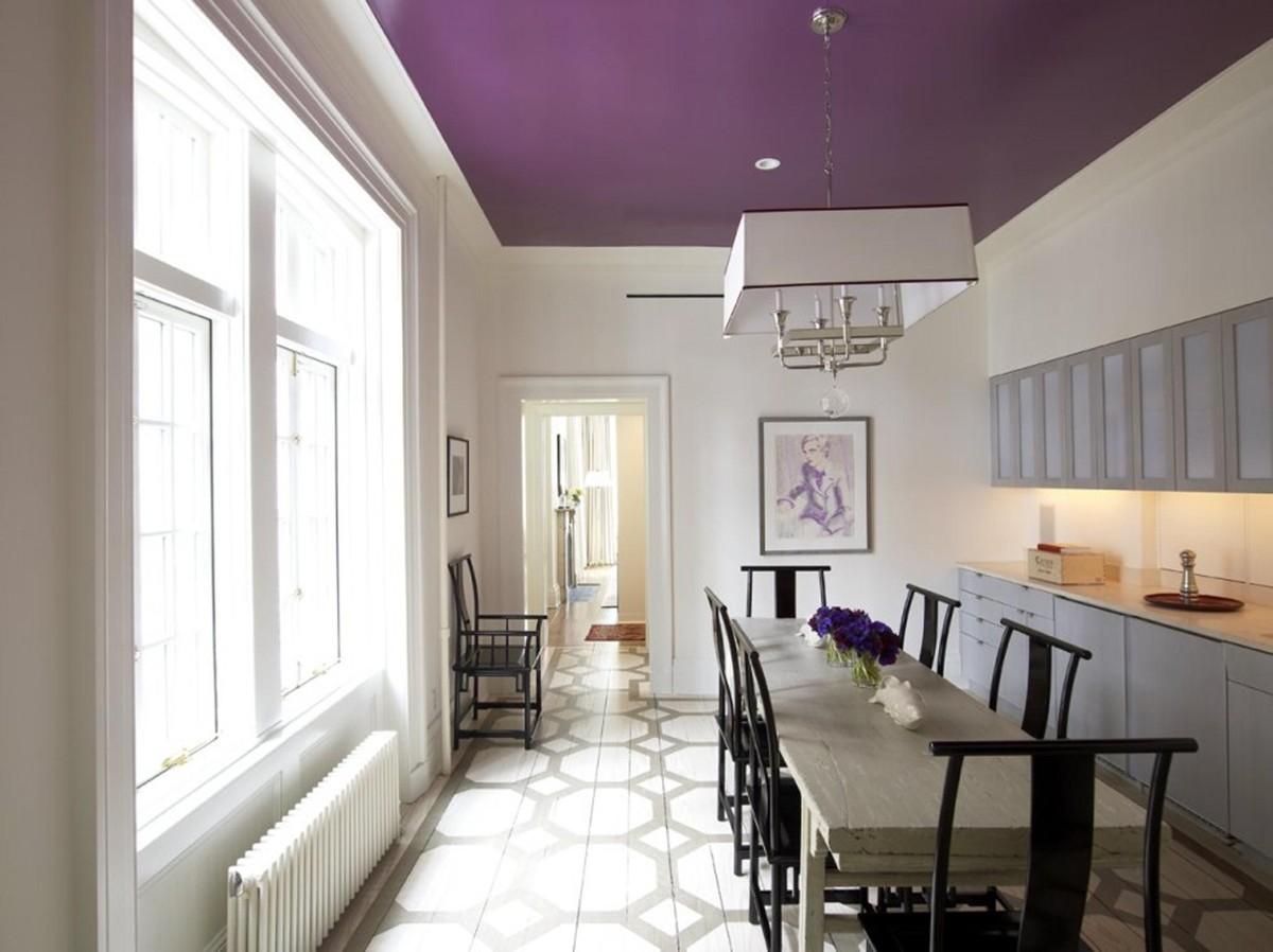светлая просторная кухня с ярким акцентом сиреневый потолок