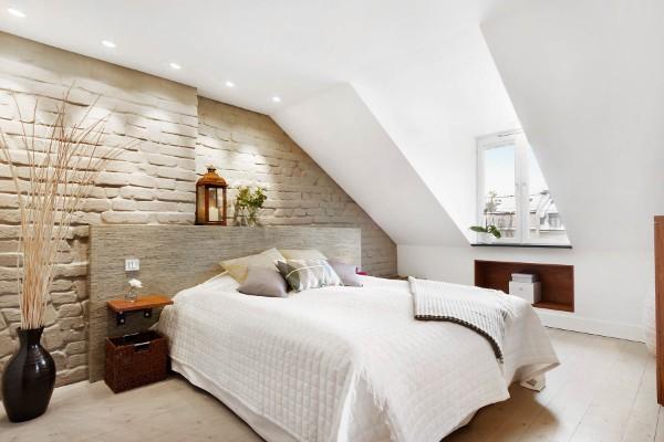 светлая спальня в мансарде в современном стиле