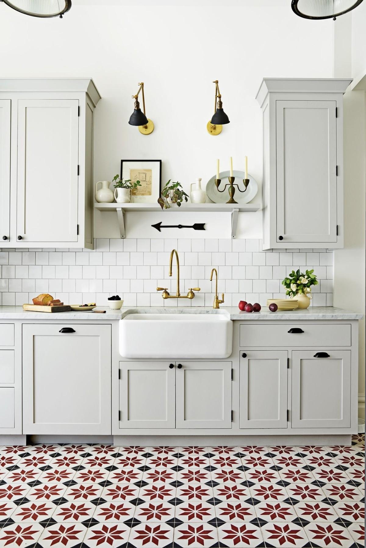 светло-серая кухня с яркими акцентами напольного покрытия
