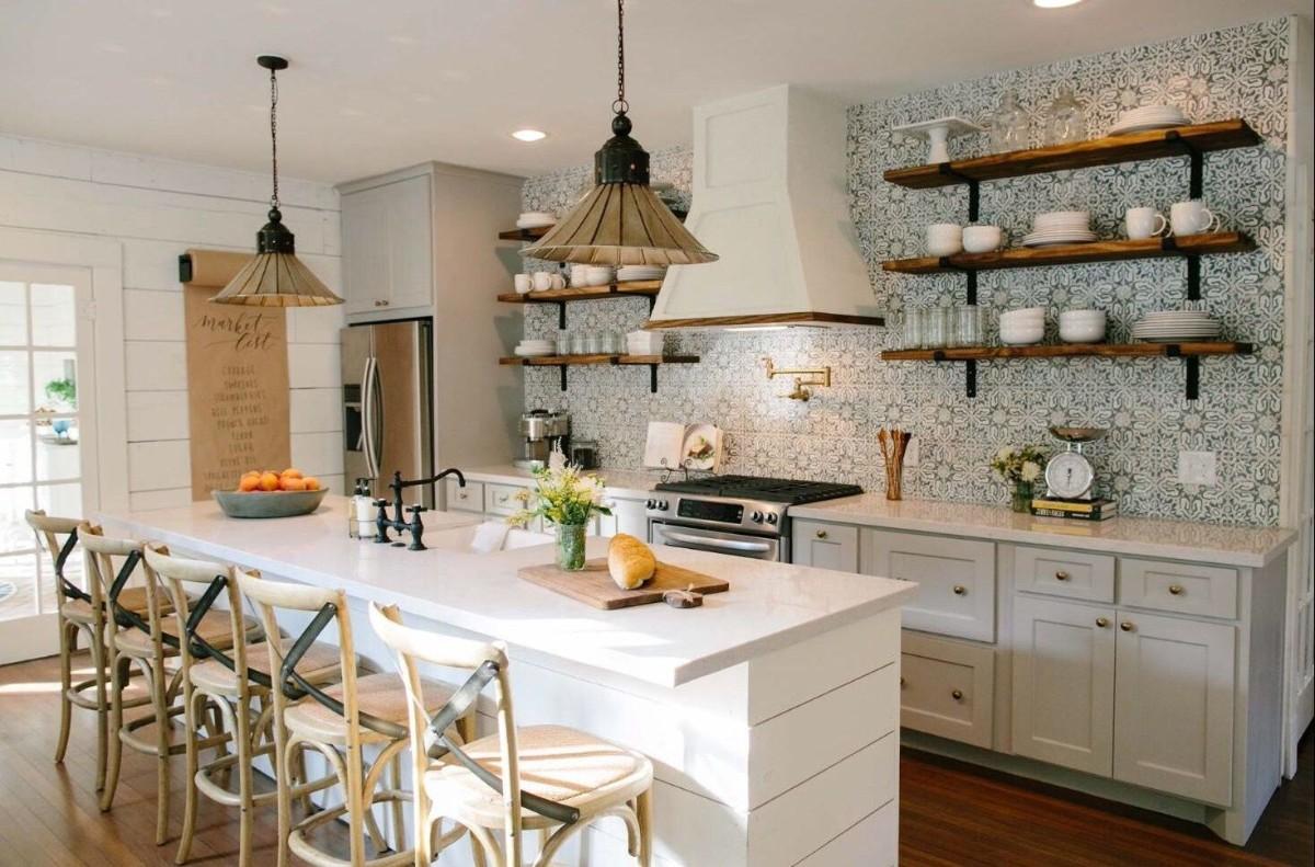 уютная белая кухня с яркими акцентами