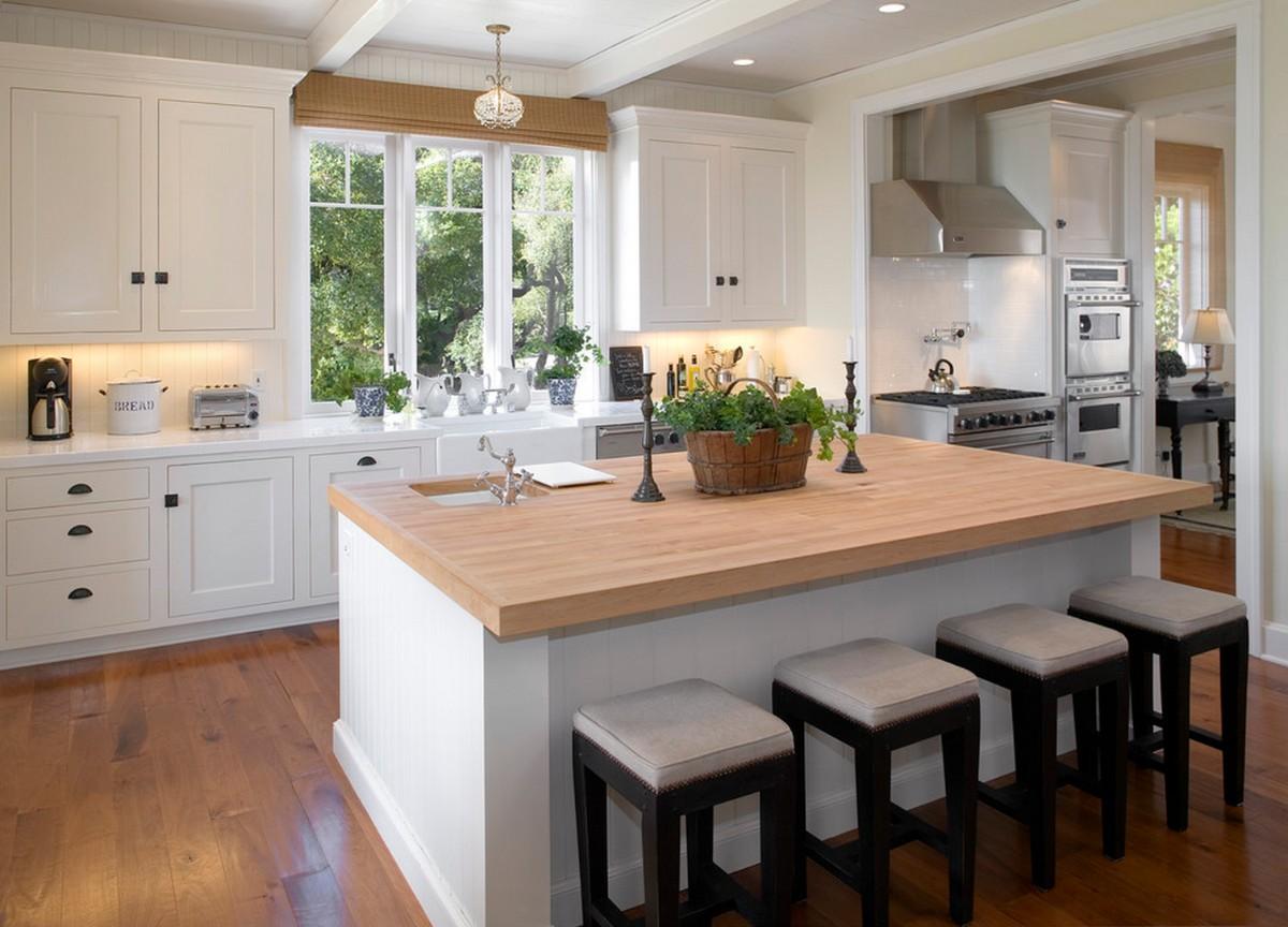 уютная бежевая кухня с ярким акцентом чёрные стулья