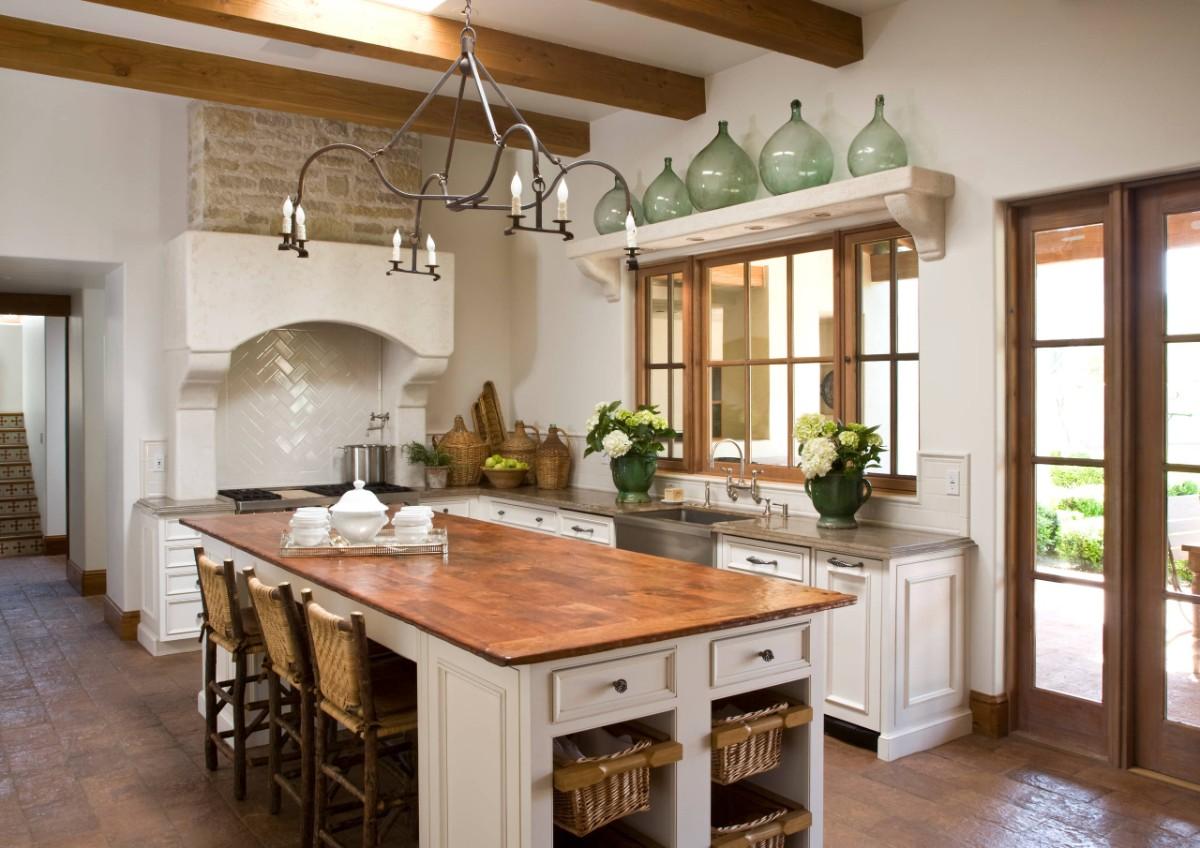 уютная кухня с яркими акцентами в виде оливковых ваз