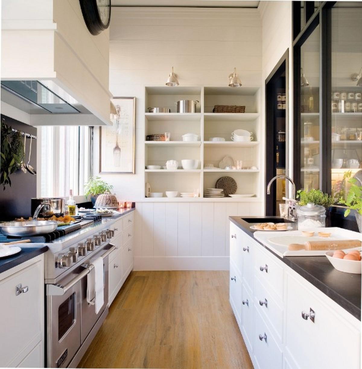 узкая белая кухня в английском стиле