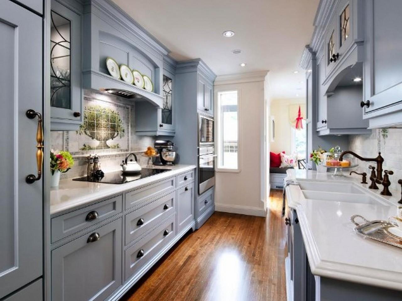 узкая серо-голубая кухня в английском стиле