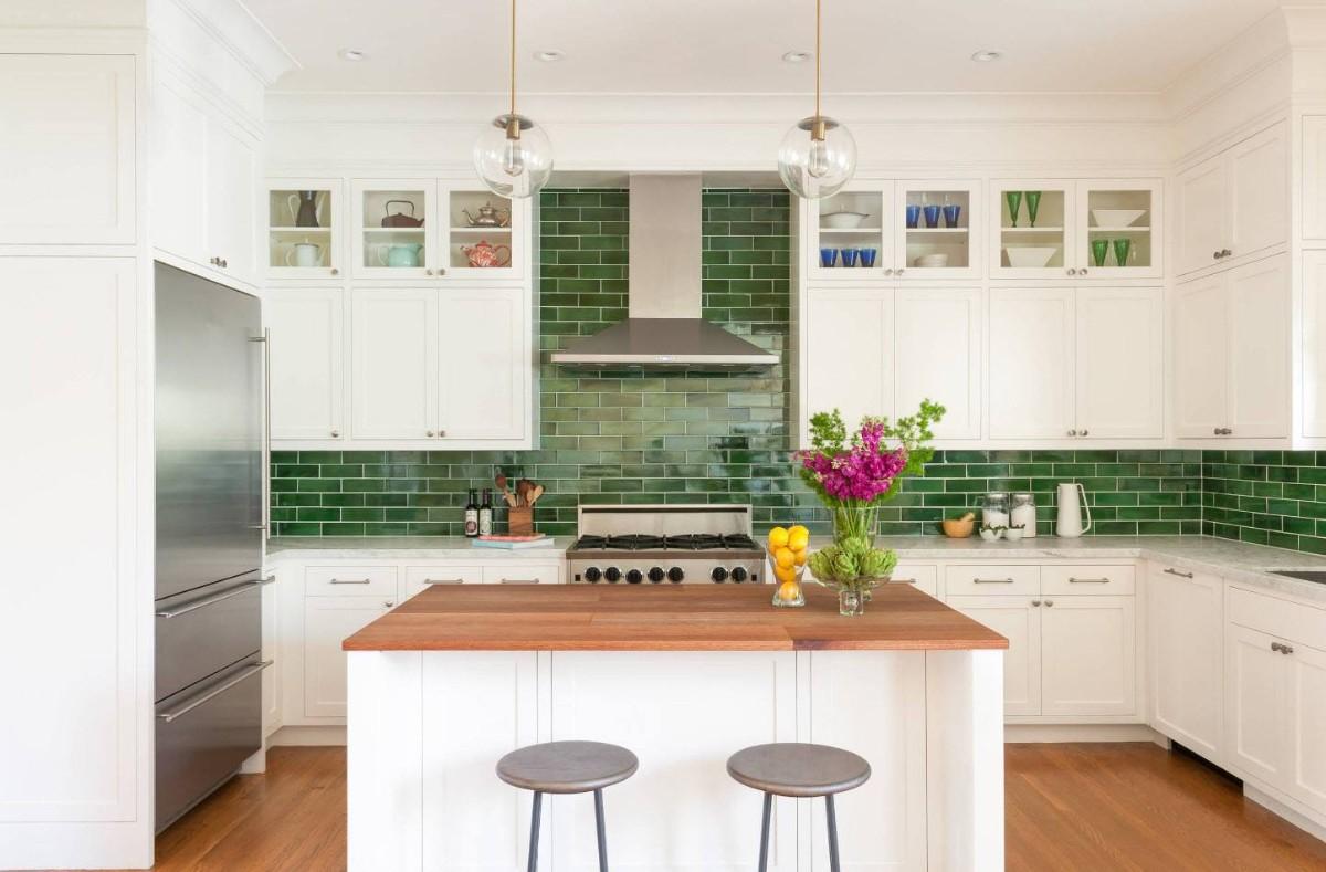 воздущная белая кухня с ярким акцентом в виде зелёного фартука