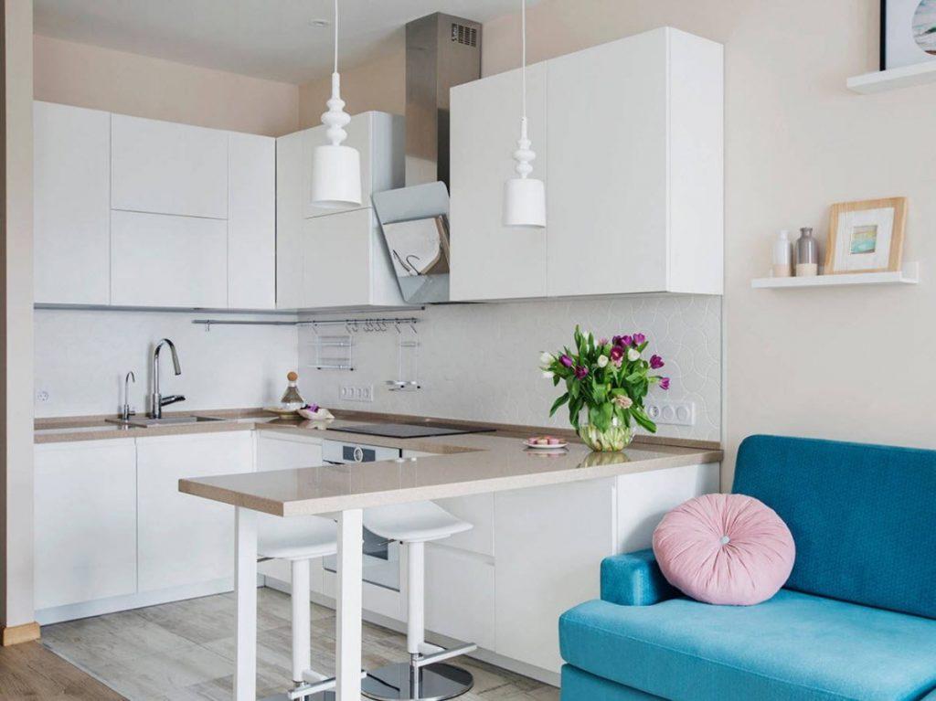 белая малогабаритная кухня в квартире студии дизайн
