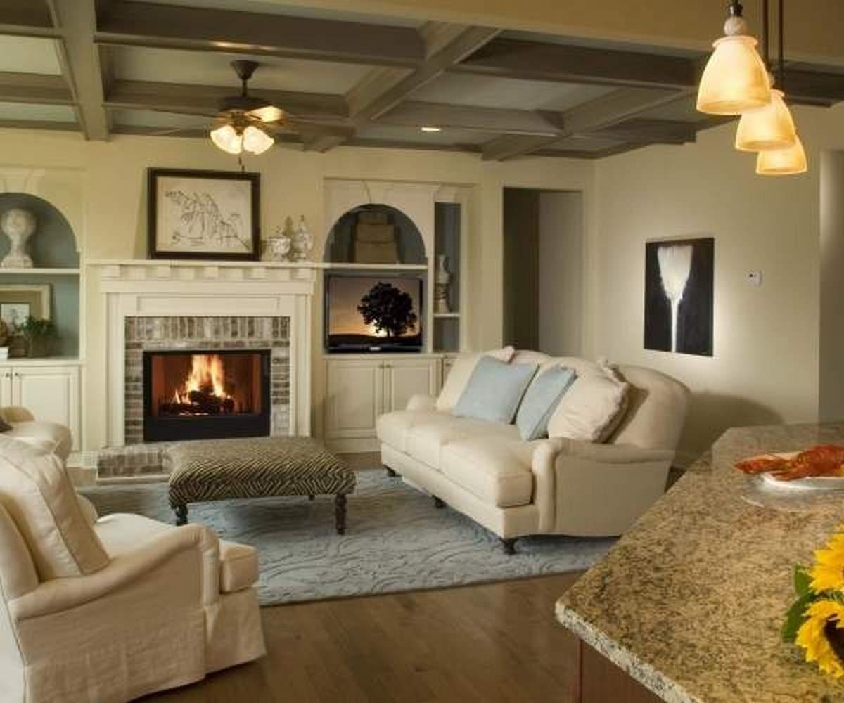 дизайн большого зала в частном доме с камином