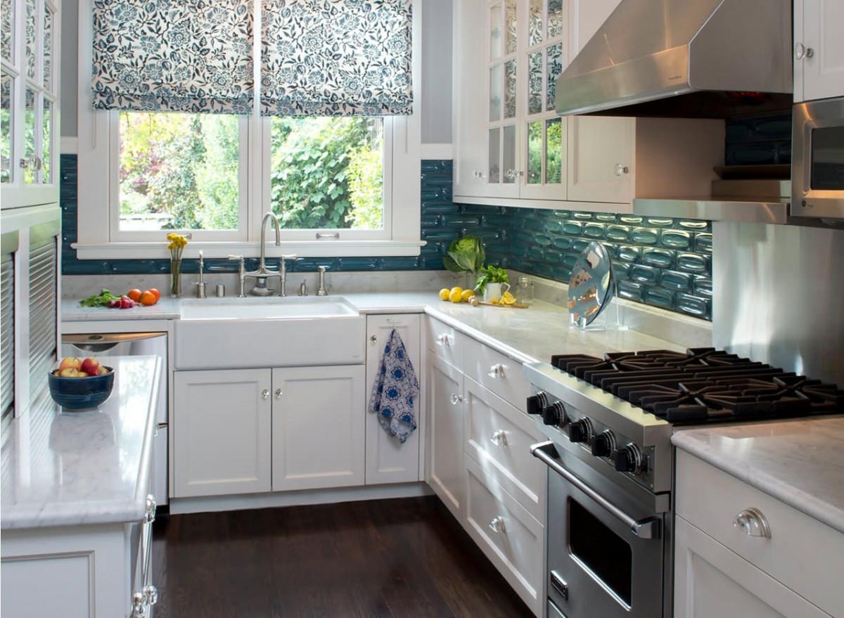дизайн малогабаритной кухни фартук бирюзового цвета