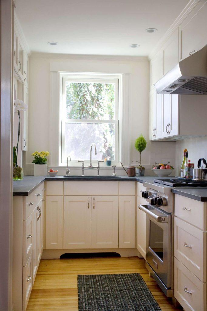 дизайн малогабаритной кухни мойка у окна