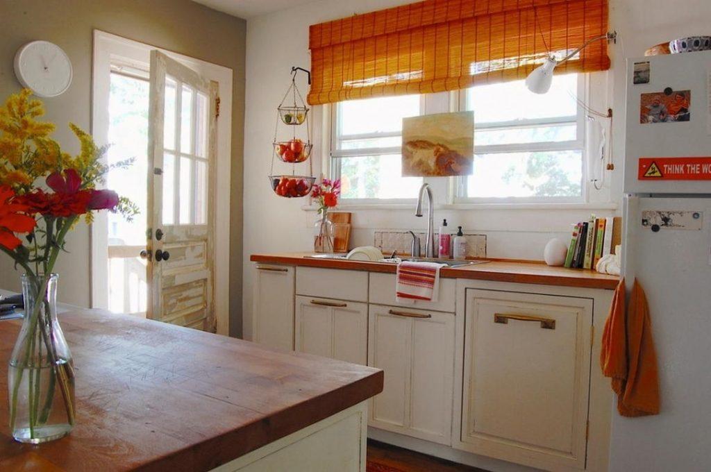 дизайн малогабаритной кухни с оранжевыми акцентами