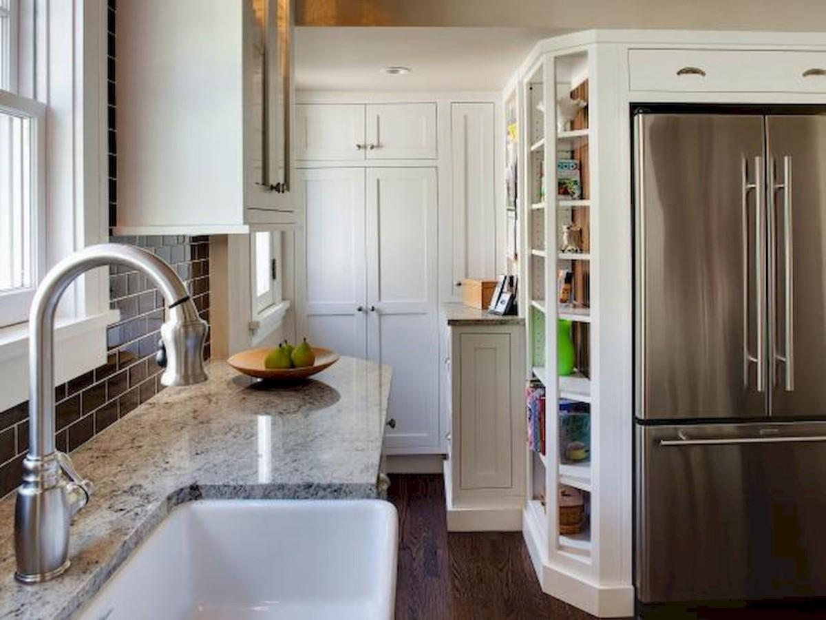 дизайн малогабаритной кухни сочитание белого с хромированным цветом