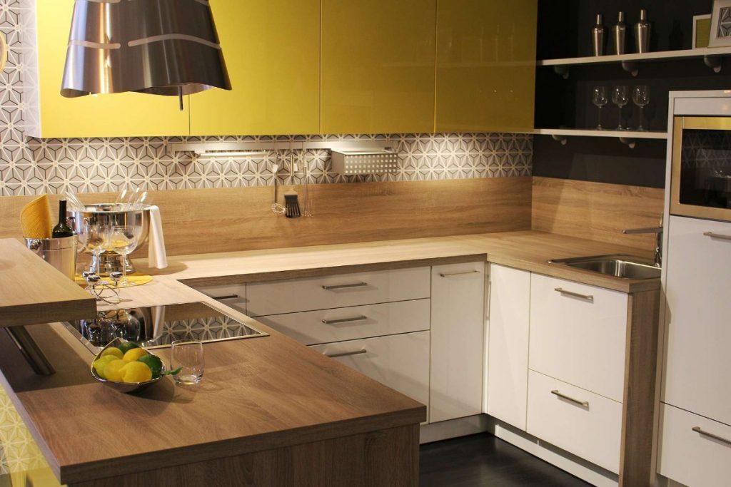 дизайн малогабаритной кухни сочетание жёлтого с фактурой дерева