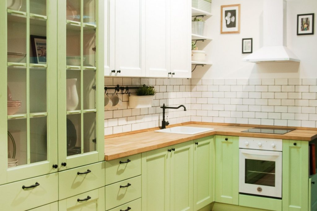дизайн малогабаритной кухни в бело салатовом цвете