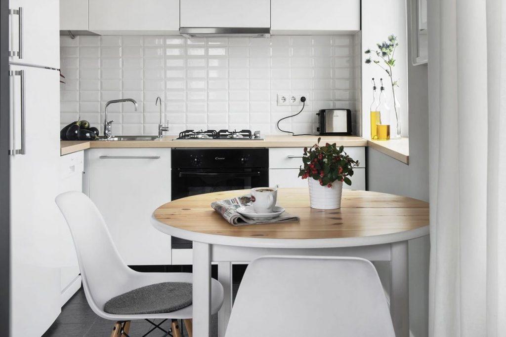 дизайн малогабаритной кухни в белом цвете чёрная плита