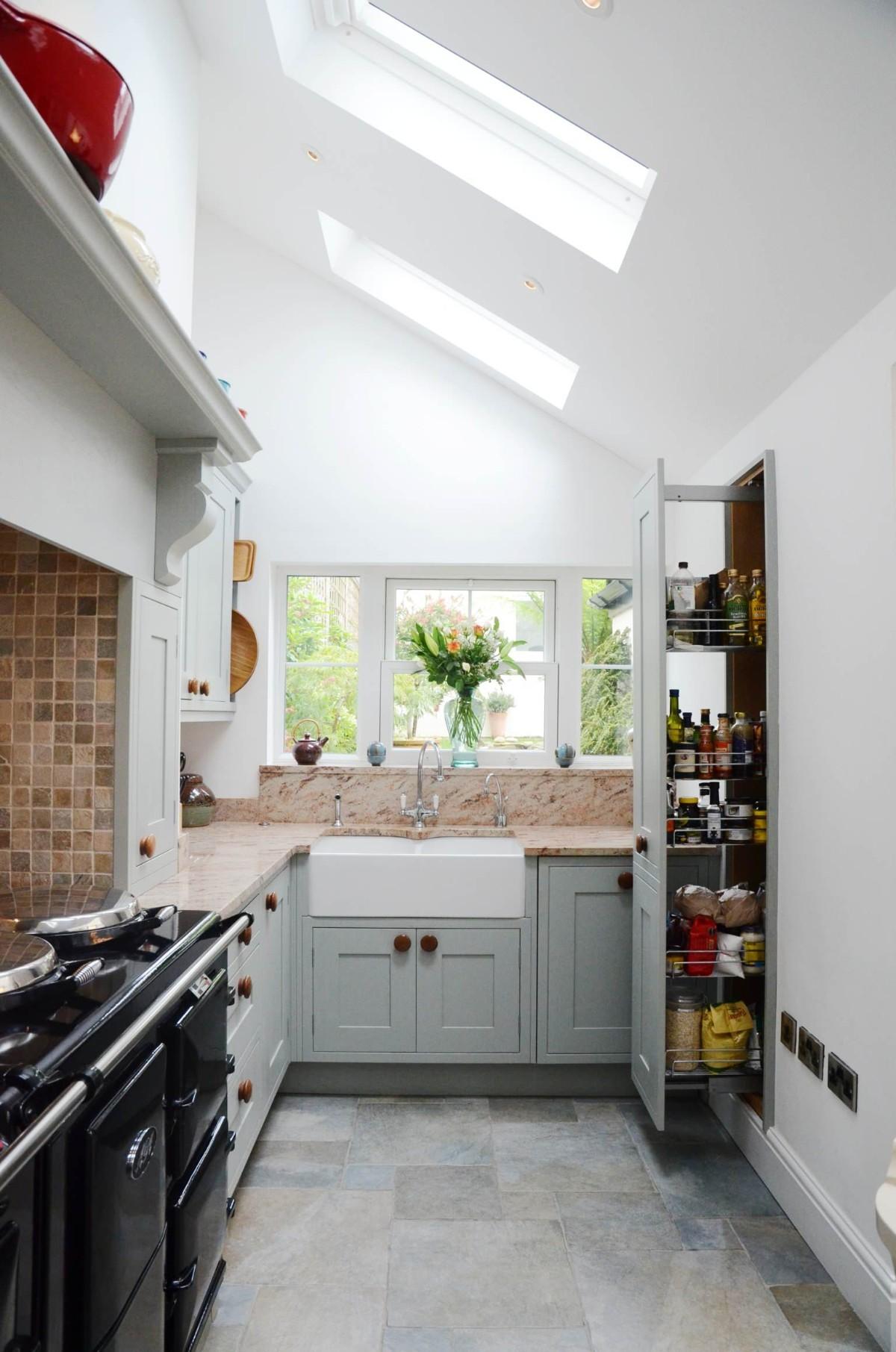 дизайн малогабаритной кухни в чёрно-белом цвете мансарда