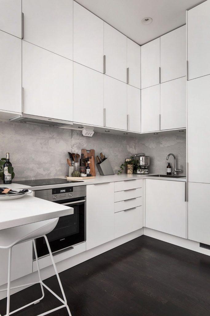 дизайн малогабаритной кухни в чёрно-белых тонах напольное покрытие чёрного цвета