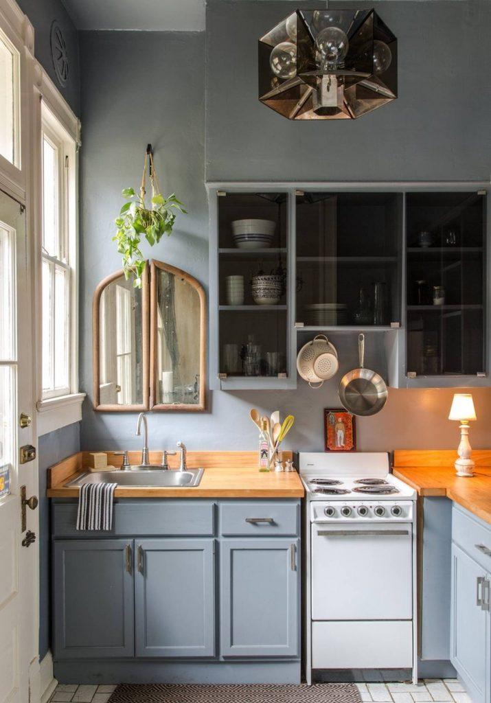 дизайн малогабаритной кухни в грязно-голубом цвете