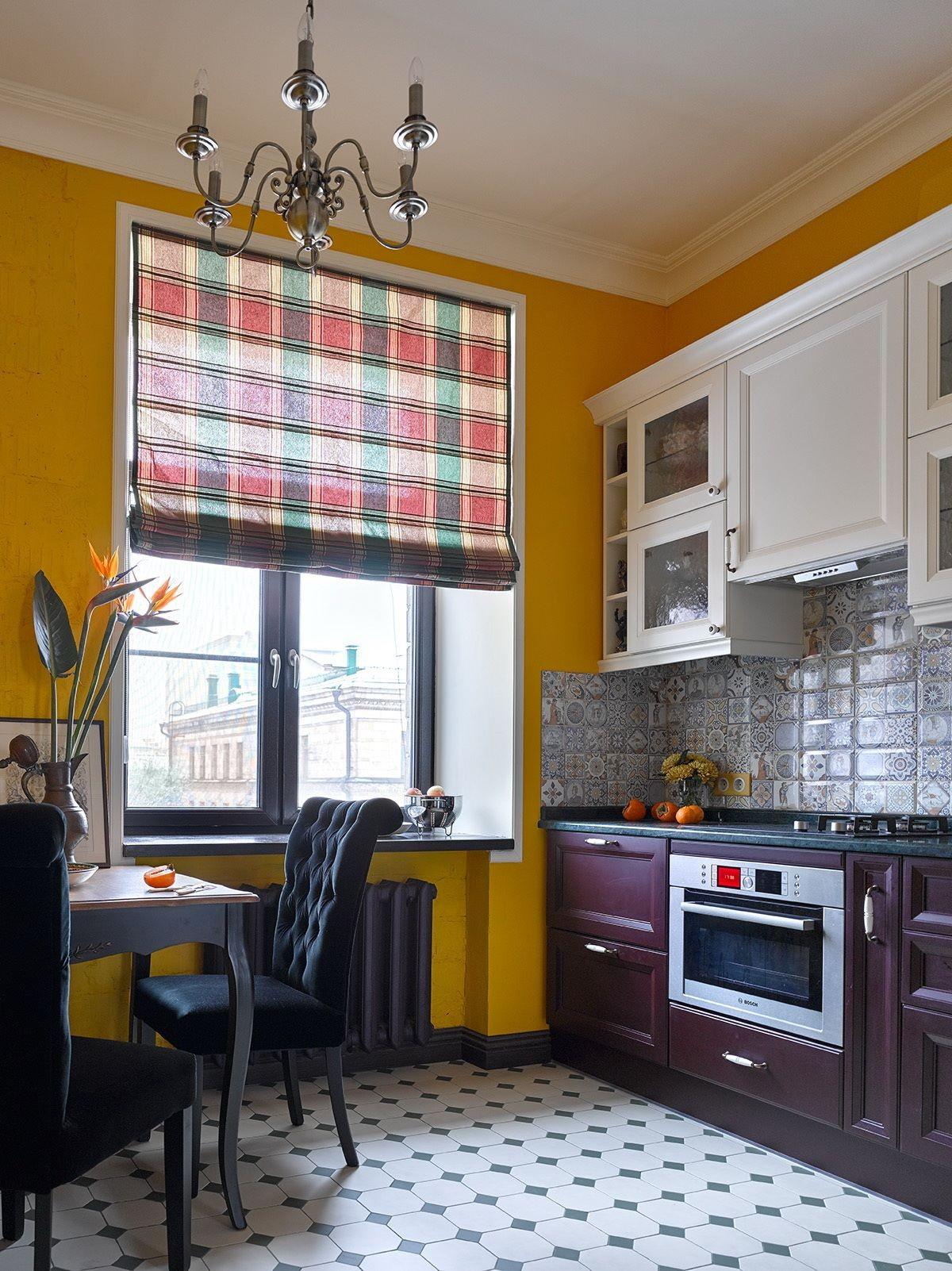 дизайн малогабаритной кухни жёлтые стены и бело-баклажанный гарнитур