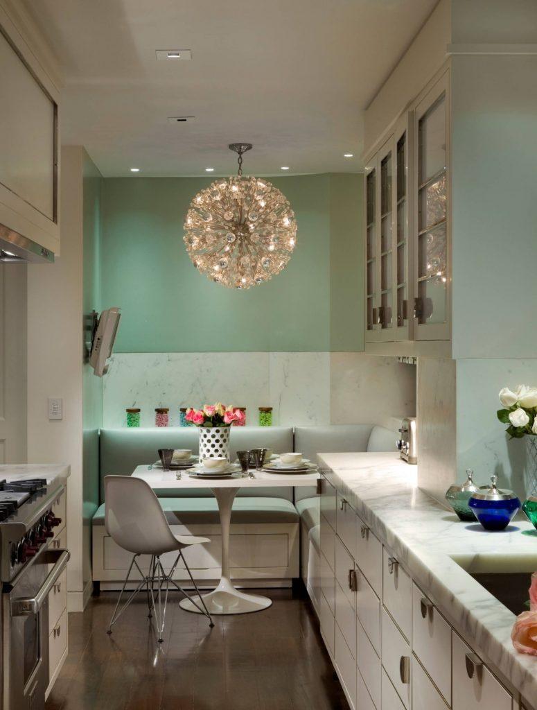 дизайн малогабаритной узкой кухни со столовой зоной