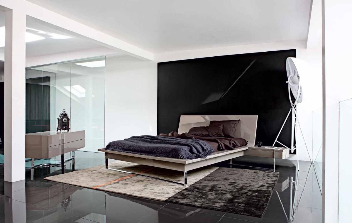 эффектная спальня в белом цвете с чёрной стеной