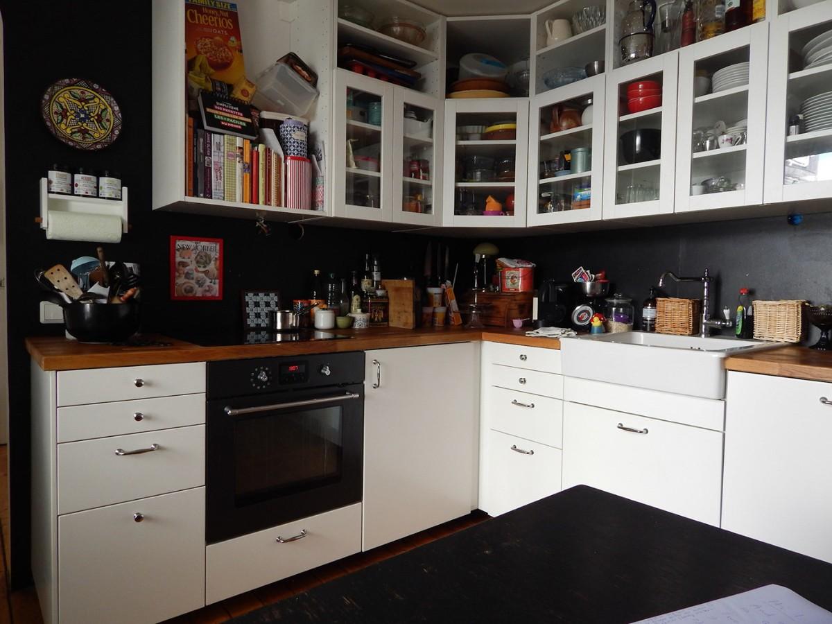 эффектный дизайн малогабаритной кухни в чёрно-белом цвете