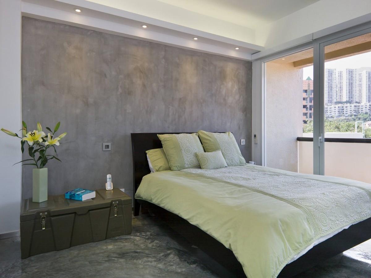 фактурная штукатурка в спальне с эффектом бетонной стены