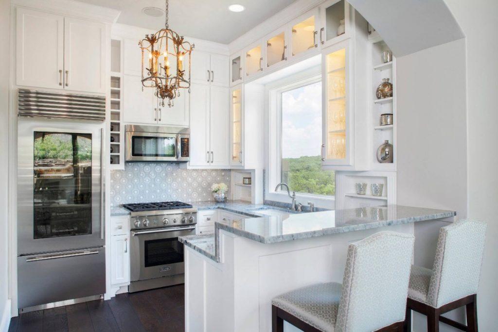 классический дизайн малогабаритной кухни отделка белого цвета