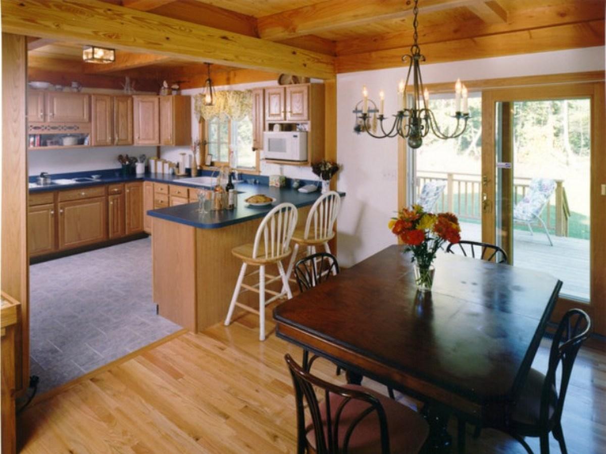кухня в частном доме с двумя окнами кухня в частном доме