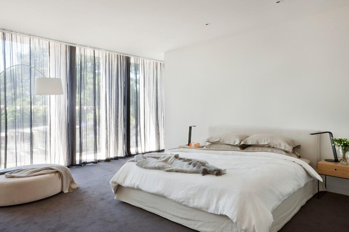просторная спальня в белом цвете лаконичный дизайн