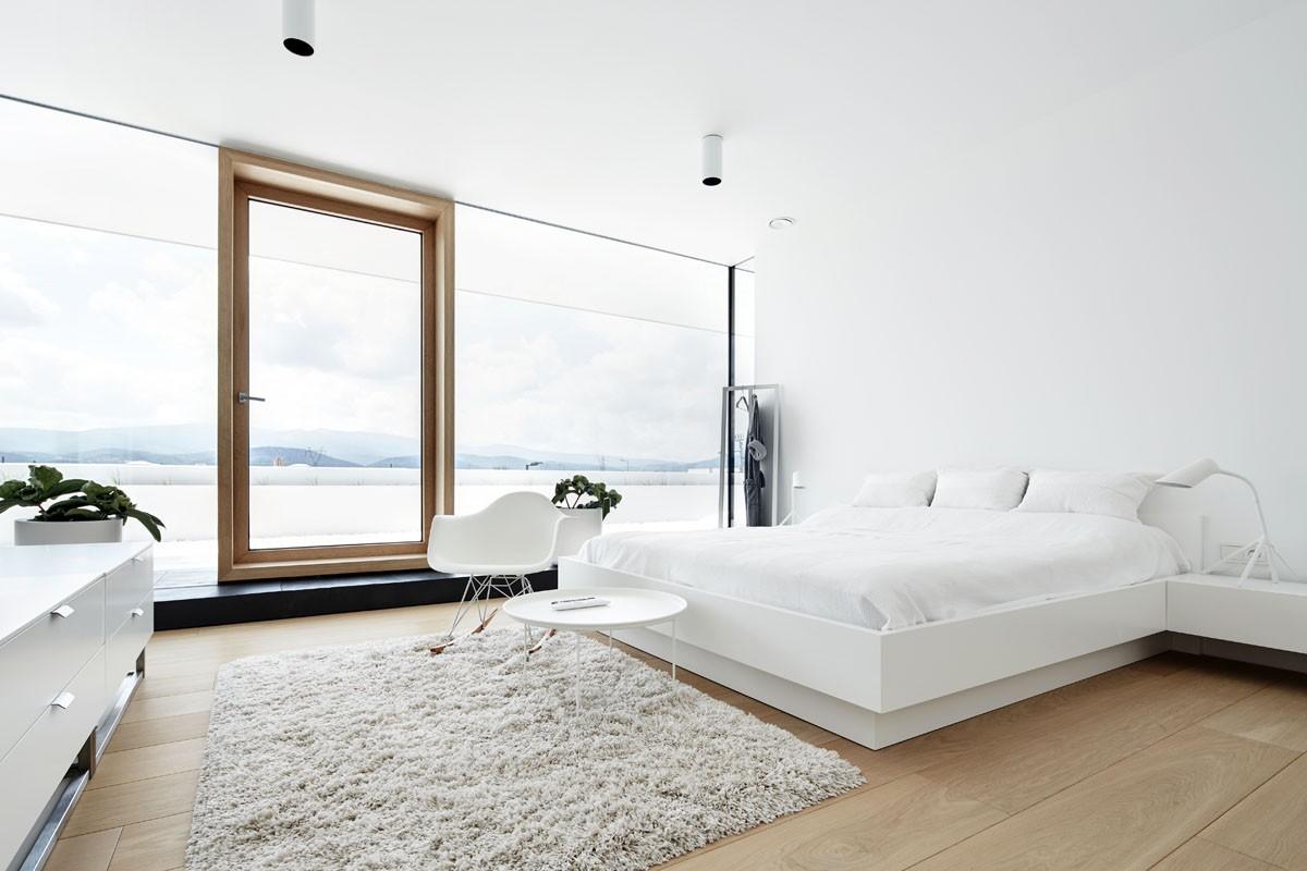 просторная спальня в белом цвете с панорамными окнами