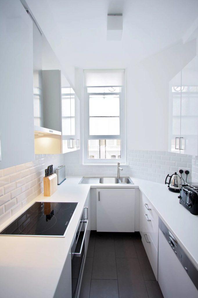 современный дизайн малогабаритной кухни длинная узкая комната