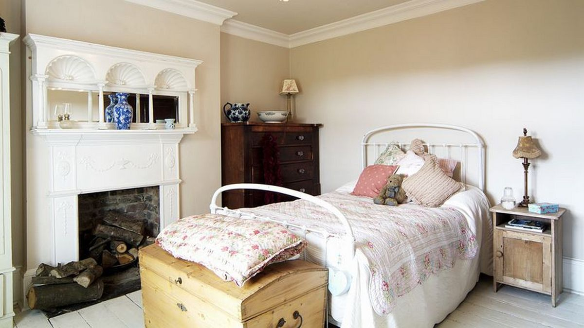 спальня в стиле кантри камин