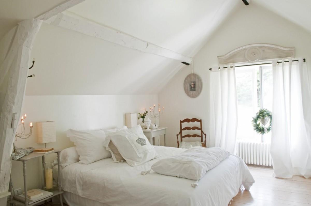 спальня в белом цвете дизайн мансарды фото