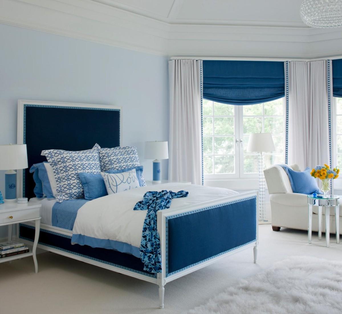 спальня в белом цвете дизайн с использованием синего цвета