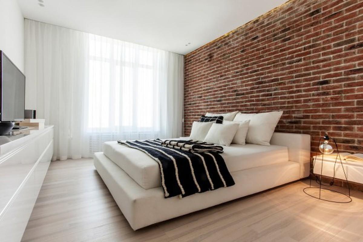 спальня в белом цвете коричневая акцентная стена