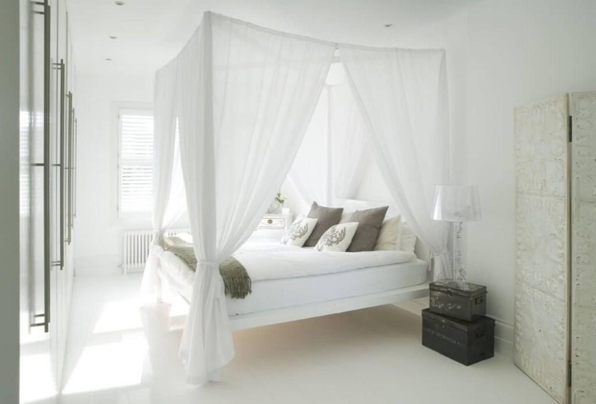 спальня в белом цвете кровать с балдахином