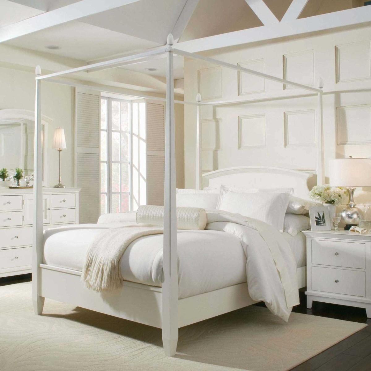 спальня в белом цвете кровать со стойками пример декора